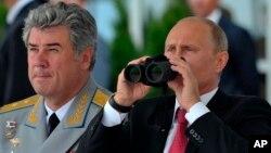 Виктор Бондарев и Владимир Путин. Архивное фото.