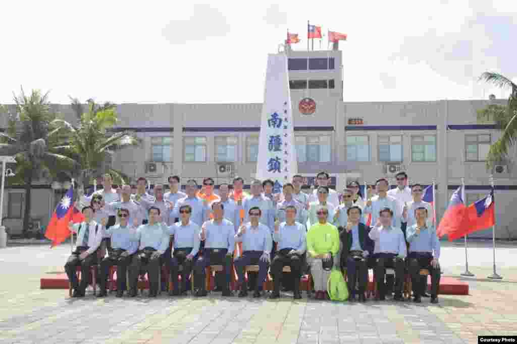 马总统与太平岛驻岛人员于国碑前合影(台湾总统府)