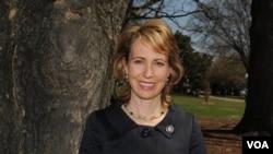 Anggota Kongres Amerika Gabrielle Giffords (foto: dok). Walaupun masih terbaring di rumah sakit, Giffords tidak lagi dalam keadaan kritis.