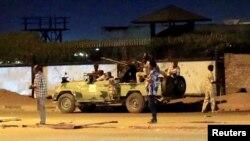 Anggota Pasukan Reaksi Cepat di sekitar gedung tempat insiden penembakan di Khartoum, Sudan, 14 Januari 2020.