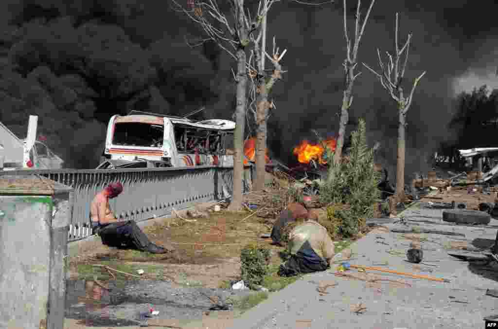 官方叙利亚阿拉伯通讯社发布的照片显示一枚威力巨大的汽车炸弹在大马士革市中心执政的复兴党总部附近爆炸后受伤的叙利亚人。