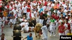 """Festival San Fermin atau """"lari bersama banteng"""" di Pamplona, Spanyol utara (foto: dok)."""
