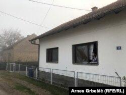 Polomljeni prozori na kući na eksplozije u rafineriji u Bosanskom Brodu