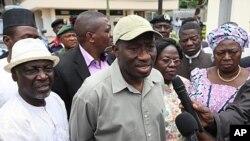 Rais wa Nigeria Goodluck Jonathan, katikati, akizungumza na waandishi wa habari hapo Agosti 27, 2001 kwenye ofisi za Umoja Mataifa mjini Abuja ambazo zilishambuliwa na bomu.