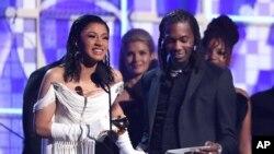 En iyi rap albümü ödülünü alan Cardi B (Solda)