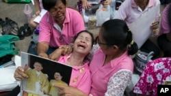 2016年10月13日泰王普密蓬·阿杜德逝世后,悲恸的人群中一位妇女痛哭失声。