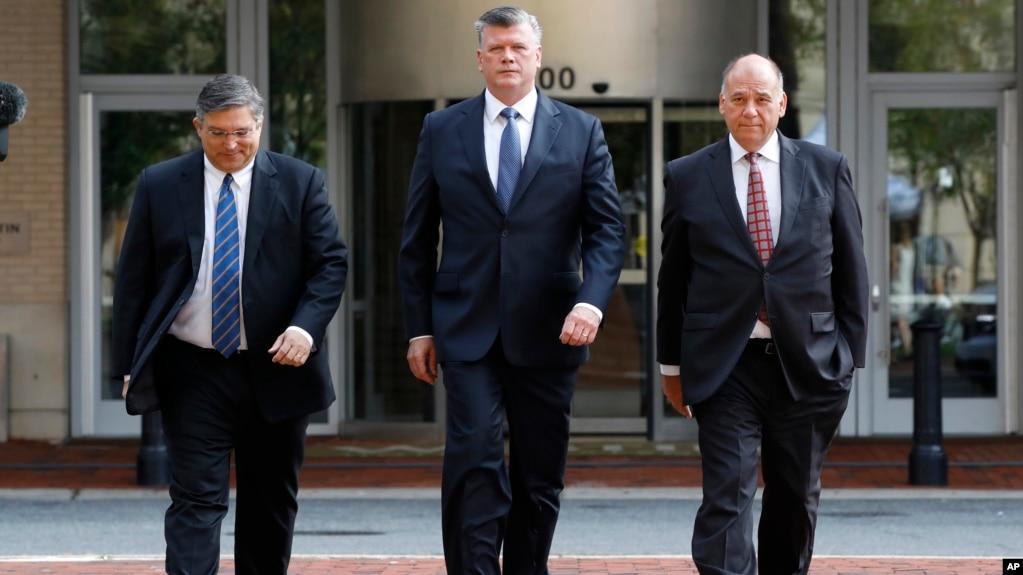 Richard Westling, Kevin Downing y Thomas Zehnle, del equipo de defensa de Paul Manafort, llegan a la corte federal para el segundo día de deliberaciones del jurado en el juicio del exjefe de la campaña de Trump, en Alexandria, Virginia, Agosto 17 de 2018.