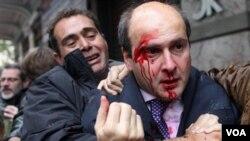 El ex ministro conservador Costis Hatzidakis fue agredido por los manifestantes.