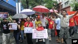 200多名越南民眾星期天在首都河內上街遊行