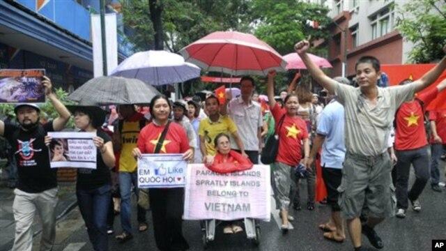 Hàng trăm người mang biểu ngữ xuống đường biểu tình chống Trung Quốc tại Hà Nội, ngày 1/7/2012