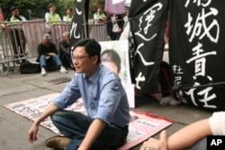 陶君行领导示威者中联办前静坐
