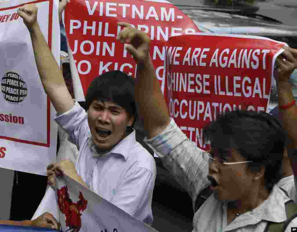 Ekspatriat Vietnam berteriak di depan konsulat China di Makati memprotes langkah-langkah baru China untuk membangun anjungan pengeboran minya dekat Paracels yang diklaim oleh warga Vietnam, 16 Mei 2014.