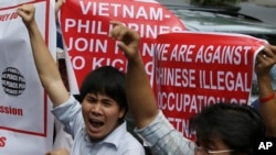 Vietnamese and Filipinos protested at the Chinese Consulate in Manila May 16, 2014.