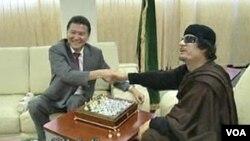 El líder libio, Moammar Gadhafi jugá una partida de ajedrez con el ruso Kirsan Ilyumzhinov.