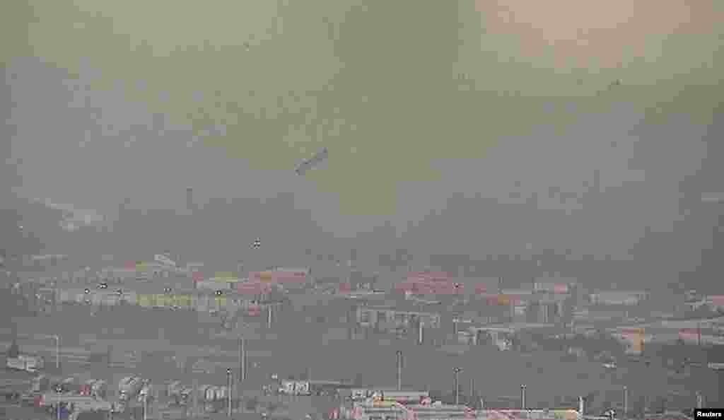 El trailer de un camión de carga vuela por el aire arrastrado por uno de los tornados. (Reuters TV/NBC)