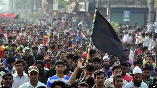 Công nhân dệt may Bangladesh xuống đường biểu tình ở ngoại ô thủ đô Dhaka, ngày 27/11/2012.