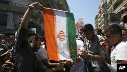 黎巴嫩抗议者焚烧伊朗国旗