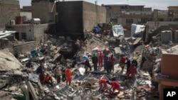 گروه های ناظر حقوق بشر گفته اندکه حد اقل ۴۳۵۴ غیر نظامی توسط حملات هوایی ائتلاف به رهبری ایالات متحده در عراق و سوریه کشته شده اند