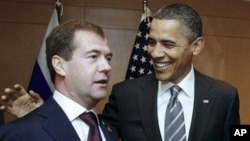 Russian President Dmitry Medvedev, left, meets with U. S. President Barack Obama on the sidelines of the the APEC summit in Yokohama, Japan, 14 Nov 2010