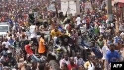 Ribuan warga merayakan bersama anggota militer Guinea pasca kudeta militer yang menggulingkan Presiden Alpha Conde di Conakry, Minggu 5 September 2021.