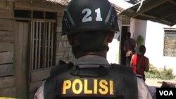 Seorang anggota polisi melakukan penyidikan di rumah korban penembakan kelompok tak dikenal bersenjata api di Desa Padalembara, Poso Pesisir Selatan (19/9).
