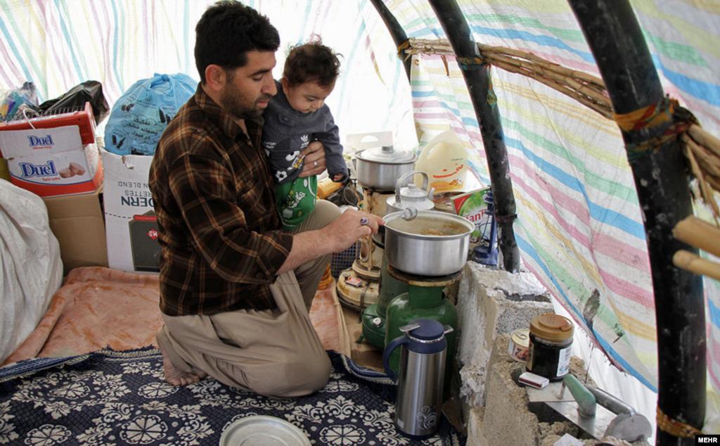 جریان زندگی، ۴۵ روز بعد از زلزله کرمانشاه. برخی مردم می گویند هنوز امکانات کافی و بخصوص بهداشتی ندارند. عکس: مبین پیمانکار