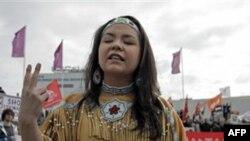 Một trong những người phản đối đứng bên ngoài trung tâm hội nghị của BP