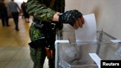 5月11日一名亲俄武装人员在乌克兰东部一投票站参加公投