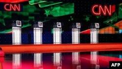 미국 민주당 대선 후보 TV 토론회 하루 전인 12일 서부 라스베이거스 TV 스튜디오에 토론회 참석 후보들의 사진이 걸려있다.
