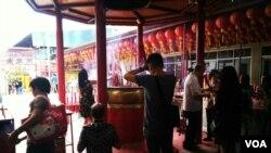 农历除夕,印尼雅加达的华人在金德院烧香祈愿。(美国之音朱诺拍摄,2017年1月27日)