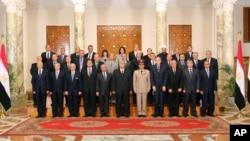 Tổng thống lâm thời Ai Cập Adly Mansour (giữa) và các bộ trưởng trong tân nội các mới, 16/7/2013.