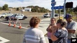 Người dân tụ tập tại một điểm cảnh sát chặn xe cộ đi lại gần lối vào trường Cao đẳng Cộng đồng Umpqua ở Oregon, hôm 1/10.