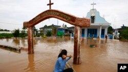 Dân chúng Campuchia dùng thuyền để di chuyển trong vùng bị nước lụt