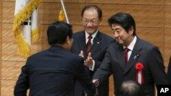 日本首相安倍晉三2013年11月與一名南韓國會議員握手