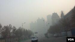 2016年12月19日下午,河北省石家庄市雾霾笼罩能见度大幅降低。(美国之音叶兵拍摄)