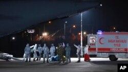 身穿防护服的土耳其医护人员在卡拉奇的一个机场接一架土耳其从武汉撤侨的军机。(2020年2月1日)