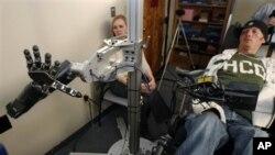 Dengan robot yang dirancang khusus, memungkinkan orang yang lumpuh dari leher ke bawah mengangkat dan memegang benda-benda, serta makan sendiri (foto: dok).