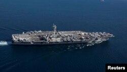 Hàng không mẫu hạm USS Abraham Lincoln lớp Nimitz đi qua Eo biển Gibraltar vào Địa Trung Hải, ngày 13 tháng 4, 2019.