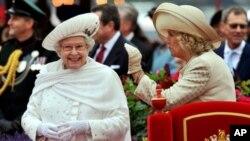 Ее Величество Королева Великобритании Елизавета II открывает отправку флотилии по Темзе