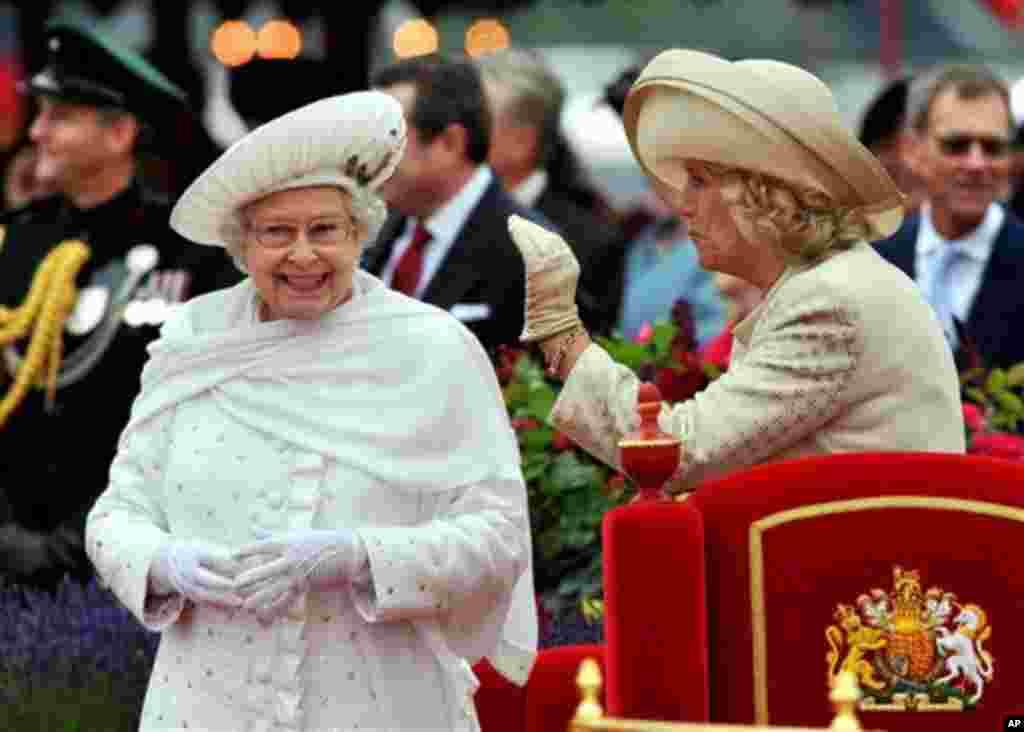 Ratu Elizabeth II (kiri).