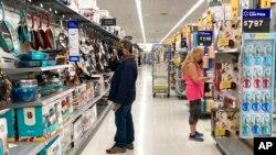 Konsumen berbelanja di toko Walmart di Vernon Hills, Illionois, AS, Minggu, 23 Mei 2021. Lonjakan inflasi masih membayangi AS hingga kini. (Foto: AP)