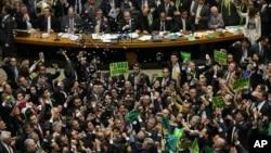Les législateurs de l'opposition célèbrent après que la chambre basse du Congrès ait voté pour attaquer la présidente Dilma Rousseff dans la Chambre des députés à Brasilia, au Brésil, le 17 Avril 2016. (AP Photo/Eraldo Peres)