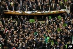 Các nhà lập pháp đối lập ăn mừng sau khi Hạ viện bỏ phiếu buộc tội Tổng thống Brazil Dilma Rousseff, ngày 17 tháng 4 năm 2016.