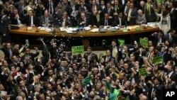 Para anggota oposisi meluapkan kegembiraan mereka setelah para anggota majelis rendah Kongres memutuskan untuk melakukan pemakzulan atas Presiden Brazil Dilma Rousseff melalui pemungutan suara di Brasilia, Brazil, 17 April 2016 (Foto: dok).