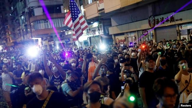 En Hong Kong dispersan protesta con gases lacrimógenos