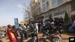 Dân chúng xếp hàng để rút tiền tại một ngân hàng trong thủ đô Bamako của Mali hôm 3/4/12