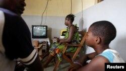 Une famille devant la télévision à Abidjan, Côte d'Ivoire, 18 décembre 2017.