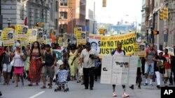 Người biểu tình xuống đường tại Baltimore, Maryland, ngày 15/7/2013.