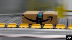 El presidente Donald Trump dice que el servicio de correos de EE.UU. pierde dinero al entregar paquetes de Amazon.