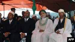 Le vice-président comorien Ikililou Dhoinine, l'ancien président Assoumani Azali, le président élu des Comores Ahmed Abdallah Sambi et le vice-président Idi Nadhoim lors de l'investiture de Sambi devant la cour constitutionnelle de Moroni, le 26 mai 2006